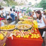 Comunidades oferecem frutas e água para os andarilhos